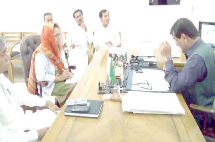 سجاول، ڈپٹی کمشنر محمد اسماعیل میمن اجلاس کی صدارت کررہے ہیں