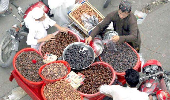 رمضان المبارک کے دوران کھجوروں کے زائد استعمال کی وجہ سے بیرون ملک سے بھی درآمدی کھجوریں بڑی تعداد میں فروخت ہو رہی ہیں