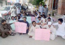 کوئٹہ ،پروفیشنل ڈگری ہولڈرز مطالبات کی عدم منظوری کیخلاف پریس کلب کے سامنے احتجاج کررہے ہیں