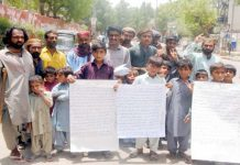 حیدر آباد : ٹنڈو عالم مری کے رہائشی قبضہ مافیا کیخلاف سراپا احتجاج ہیں