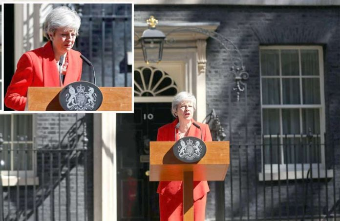 لندن: برطانوی وزیراعظم ٹین ڈاؤننگ اسٹریٹ کے باہر پریس کانفرنس میں مستعفی ہونے کا اعلان کرتے ہوئے دل برداشتہ نظر آرہی ہے