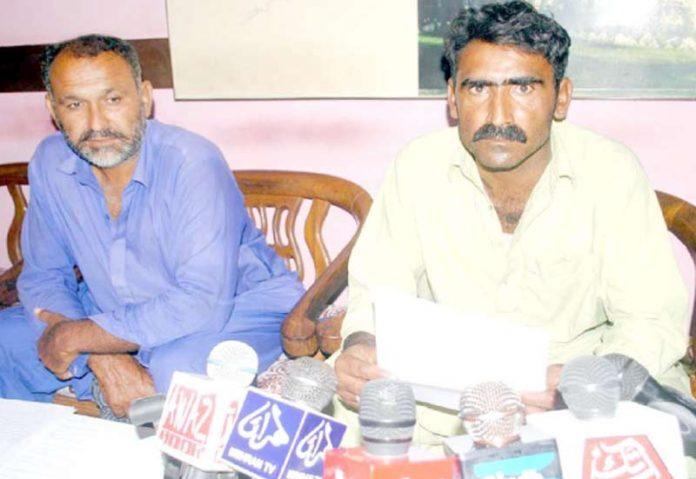 حیدر آباد : سانگھڑ کا رہائشی جان محمد پریس کلب میں پریس کانفرنس کررہا ہے