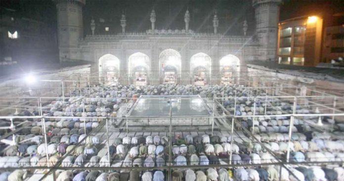 پشاور،شہری مہابت خان مسجد میں نماز تراویح ادا کرنے میں مصروف ہیں