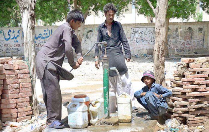 حیدرآباد ،ضلع بھر میں پانی کی قلت کے باعث شہری برما سے پانی حاصل کررہے ہیں