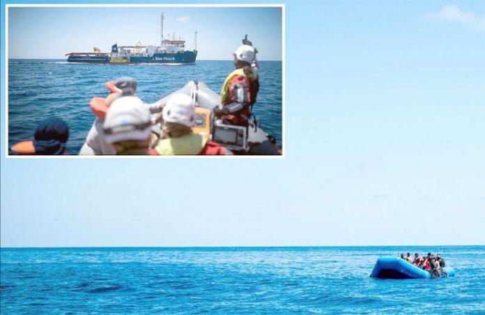 روم: تارکین وطن سمندر میں بھٹک رہے ہیں' سی واچ کے امدادی کارکن مہاجرین کو بچا کر جہاز کی جانب لے جارہے ہیں