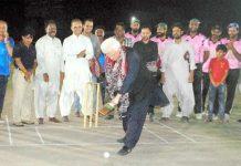 حیدرآباد: ٹی 10بلاسٹ نائٹ لیگ ٹورنامنٹ کا افتتاح مہمان خصوصی میر حیدر خان تالپور گیند کو ہٹ لگا کررہے ہیں