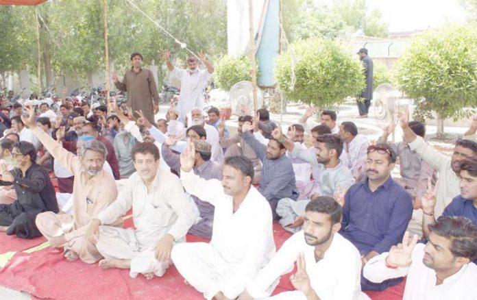 لاڑکانہ : بے نظیر بھٹو میڈیکل یونیورسٹی کے ملازمین مطالبات منظور نہ ہونے کیخلاف دھرنا دیے ہوئے ہیں