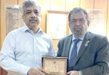 کراچی چیمبر کے صدر جنید اسماعیل ماکڈا سیکرٹری ٹریڈ ڈیولپمنٹ اتھارٹی محمد سہیل کو شیلڈ پیش کررہے ہیں
