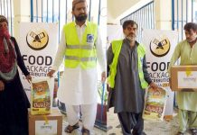لاڑکانہ : الخدمت فائونڈیشن کے ضلعی رہنما رمضان فوڈ پیکج تقسیم کررہے ہیں