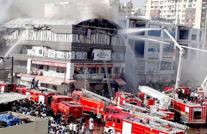 سورت: فائر بریگیڈ کا عملہ ٹیوشن سینٹر کی عمارت میں لگی آگ پر قابو پانے کی کوشش کررہا ہے