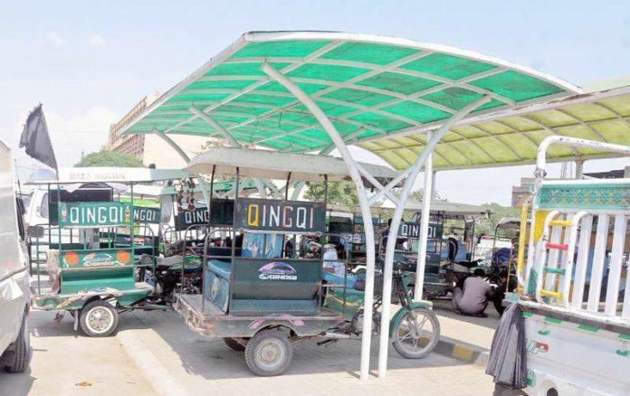 راولپنڈی، پیردوہائی بس اسٹینڈ پر مسافروں کیلیے بنائے گئے شیڈ میں چنگ چی رکشے کھڑے ہوئے ہیں