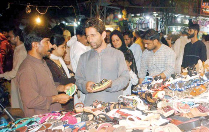 حیدرآباد ،شہری عیدالفطر کی آمد سے قبل تیاریاں کرنے میں مصروف ہیں