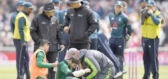ٹرینٹ برج : امدادی ٹیم قومی اوپنر امام الحق کو پسلیوں میں گیند لگنے کے بعد طبی امداد دیتے ہوئے