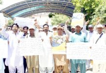 لاڑکانہ : این جی اوز کے ملازمین مطالبات پورے نہ ہونے کیخلاف جناح باغ کے باہر احتجاج کے دوران نعرے لگا رہے ہیں