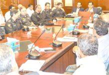 کمشنر کراچی افتخار شالوانی اپنے دفتر میں منعقدہ اعلیٰ سطح کے اجلاس کی صدارت کر رہے ہیں