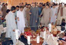 کوئٹہ : سابق سینیٹر حاجی لشکری رئیسانی بی ڈی اے کے بھوک ہڑتال کیمپ میں ہڑتالیوں سے اظہار یکجہتی کررہے ہیں