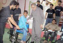 حیدر آباد : رکن صوبائی اسمبلی ندیم صدیق معذور افراد میں وہیل چیئر اور راشن تقسیم کررہے ہیں