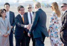 ٹوکیو: جاپانی وزیر خارجہ تاروکونو امریکی صدر ڈونلڈ ٹرمپ کا استقبال کررہے ہیں