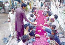 حیدر آباد : بھٹائی اسپتال کے باہر لوگوں کو افطار کرانے کے لیے دستر خوان بچھا ہوا ہے