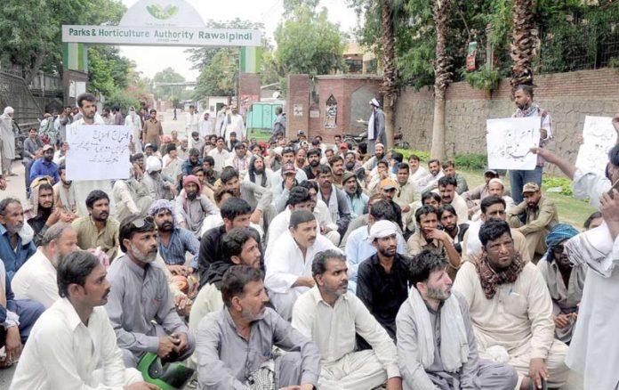 راولپنڈی،محکمہ البراق کے ملازمین تنخواہوں کی عدم ادائیگی کے خلاف پریس کلب کے سامنے احتجاج کررہے ہیں