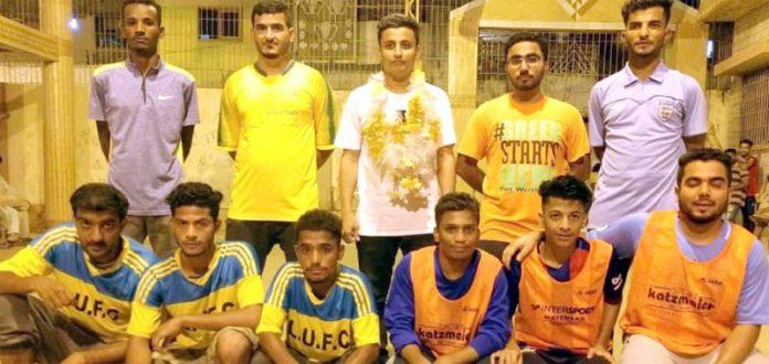 ملک محمد خان فٹبال ٹورنامنٹ میں شریک ٹیم کامیچ سے قبل مہمان خصوصی کے ساتھ لیاگیا گروپ فوٹو