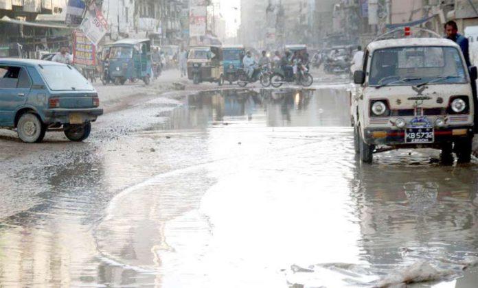 نشترروڈکی تباہ حالی کامنظر،سیوریج کے پانی نے ٹریفک کی نقل وحرکت مسدود کررکھی ہے