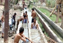 حیدر آباد : گرمی کی شدت کم کرنے کے لوگ نہر میں نہا رہے ہیں