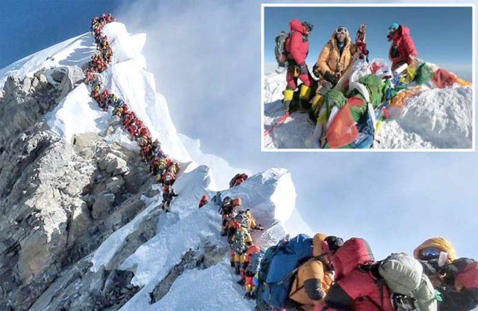 نیپال: ماؤنٹ ایورسٹ سر کرنے کی کوشش کرنے والے سیاح چوٹی پرپھنسے ہوئے ہیں