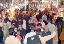 حیدر آباد : عیدالفطر کی مناسبت سے ریشم بازار میں لوگوں کی بڑی تعداد خریداری میں مصروف ہے