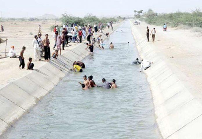 حب،گرمی کے ستائے ہوئے منچلے لسبیلہ کینال میں نہا رہے ہیں