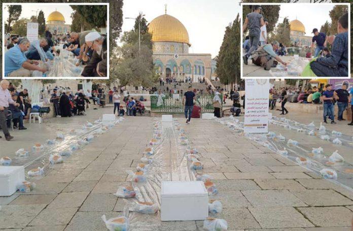 مقبوضہ بیت المقدس: فلسطینی مسلمان مسجد اقصیٰ میں افطار کے لیے دسترخوان لگائے جا رہے ہیں