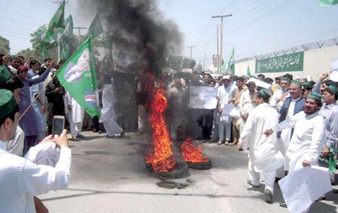 پشاور،پاکستان مسلم لیگ ن کے کارکنان مطالبات کی عدم منظوری کیخلاف ٹائرنذرآتش کرکے احتجاج کررہے ہیں