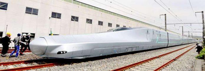 ٹوکیو: جاپانی ماہرین جدید ترین بلٹ ٹرین شنکانسین کے تجرباتی سفر شروع کرنے سے قبل معائنہ کررہے ہیں
