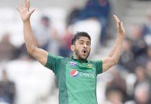 ہیڈنگلے: پاکستانی فاسٹ بولر محمد حسن انگلینڈ کے خلاف وکٹ لینے کے بعد اپنے مخصوص انداز میں