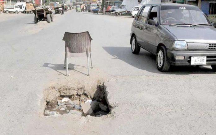 راولپنڈی : گنجمنڈی سڑک کے درمیان کھلا مین ہول کسی بھی حادثے کا سبب بن سکتا ہے