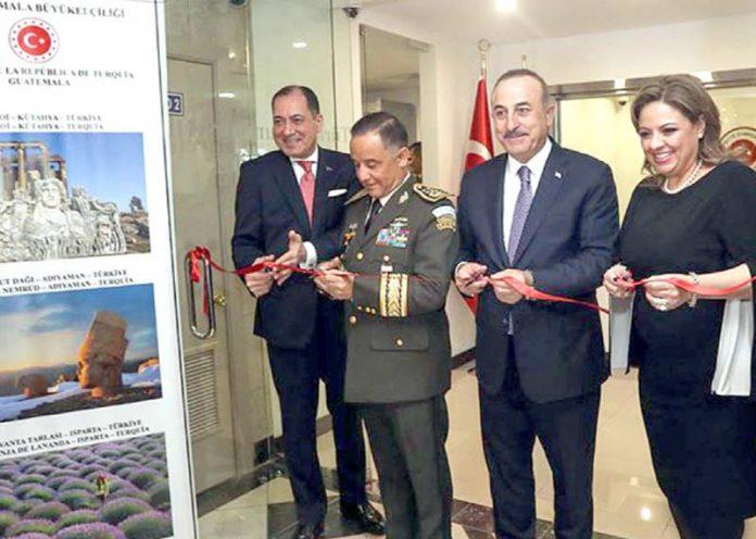 گوئٹے مالا سٹی: تُرک وزیر خارجہ مولود چاوش اولو سفارت خانے کی نئی عمارت کا افتتاح کررہے ہیں