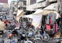 راولپنڈی : راجا بازار میں جگہ جگہ پارک کی گئی موٹر سائیکلوں نے پیدل چلنے والوں کا راستہ بند کر رکھا ہے
