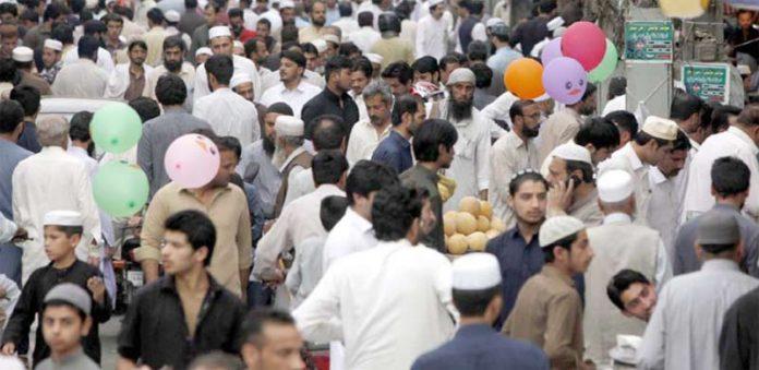 پشاور،عوام کاجم غفیر افطاری کا سامان خریدنے میں مصروف ہے