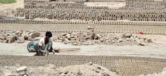 ملتان ،مزدور سخت گرمی میں بھٹہ پر کام کرنے میں مصروف ہے
