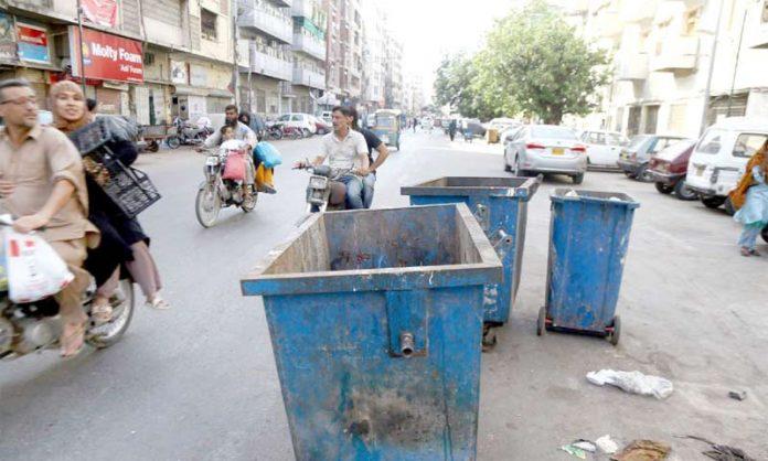 صدر میں سڑک کے درمیان میں رکھے ہوئے کوڑے دان کسی بھی بڑے حادثے کا سبب بن سکتے ہیں