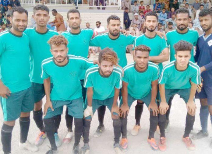 ملک محمد خان فٹبال ٹورنامنٹ میں شریک ٹیم کا میچ سے قبل لیاگیا گروپ فوٹو