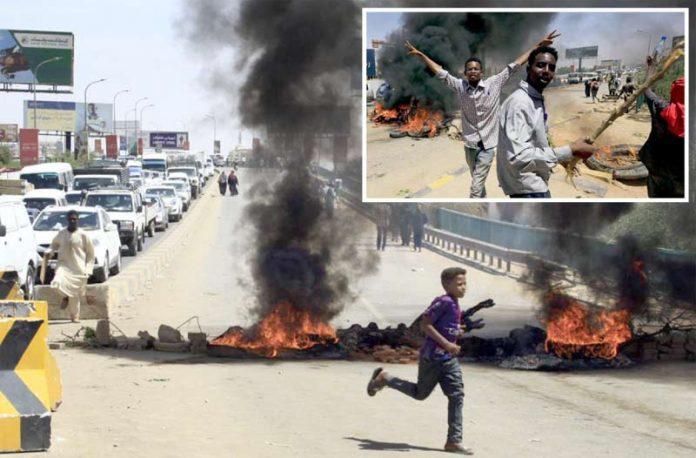 خرطوم:ـ فائرنگ میں ہلاکتوں کے بعد مظاہرین ٹائر جلا کر سڑکیں بند کررہے ہیں