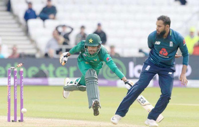 ہینڈنگلے :پاکستان اور انگلینڈ کے درمیان پانچویں ون ڈے میچ میں بابراعظم رن آئوٹ ہورہے ہیں