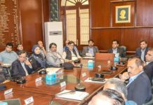 کمشنر کراچی افتخار شالوانی کراچی سرکلر ریلوے کی بحالی کے حوالے سے اجلاس کی صدارت کر رہے ہیں