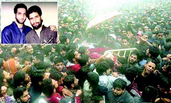 سری نگر: برہان مظفر وانی کے قریبی ساتھی کے جنازے میں ہزاروں افراد شریک ہیں' چھوٹی تصویر شہیدذاکر موسیٰ کی مظفر وانی کے ساتھ یادگار تصویر