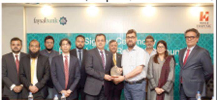 فیصل بینک اور انڈس اسپتال کے درمیان اسلامی پراڈکٹ کے لیے اشتراک کے موقع پر گروپ
