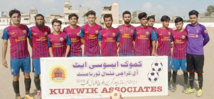 کموک ایسوسی ایٹ آل کراچی فٹبال ٹورنامنٹ میں شریک ٹیم کا میچ سے قبل لیاگیا گروپ فوٹو
