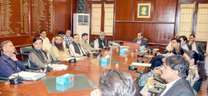 کمشنر کراچی ایس جی سی اے و دیگر شعبوں کے اجلاس سے خطاب کر رہے ہیں