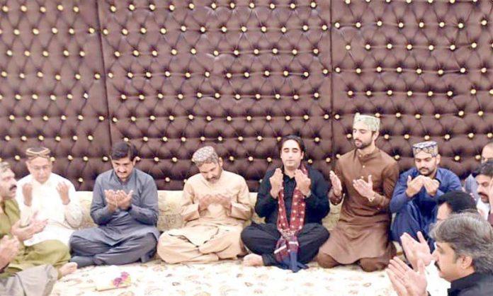 خان گڑھ: پیپلزپارٹی کے چیئرمین بلاول زرداری، وزیر اعلیٰ سندھ مراد علی شاہ علی محمد مہر کے انتقال پر ان کے اہل خانہ سے تعزیت کے بعد دعائے مغفرت کررہے ہیں