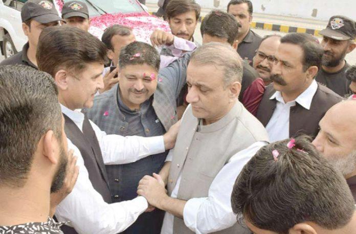 لاہور: پی ٹی آئی کے رہنما عبدالعلیم خان کو پنجاب اسمبلی آمد کے موقع پر ساتھی اراکین ضمانت منظور ہونے پر مبارکباد دے رہے ہیں